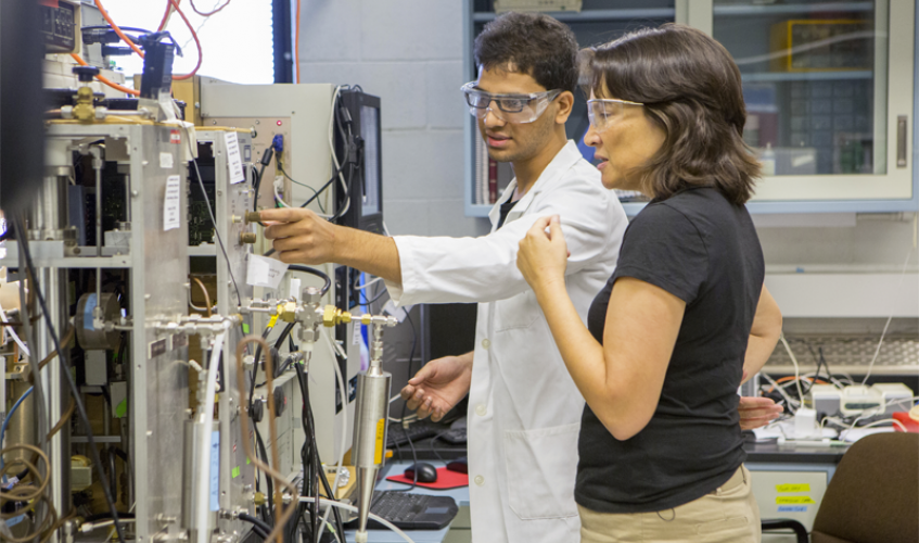alumna Tami Bond in lab with researcher